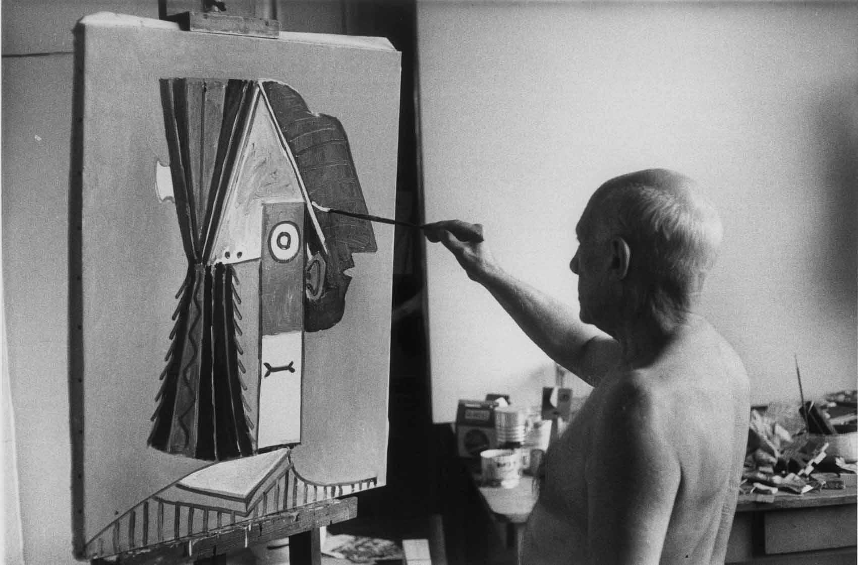 David-Douglas-Duncan-Pablo-Picasso-de-pie-pintando-La-cabeza-1957