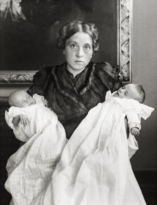 """""""Min hustru i glädje och sorg"""". August Sanders hustru Anna, med parets nyförlösta tvillingar. Dottern Sigrids bror överlevde inte förlossningen."""