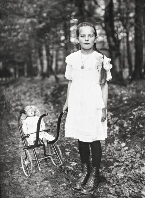 Flicka med barnvagn, 1927-30