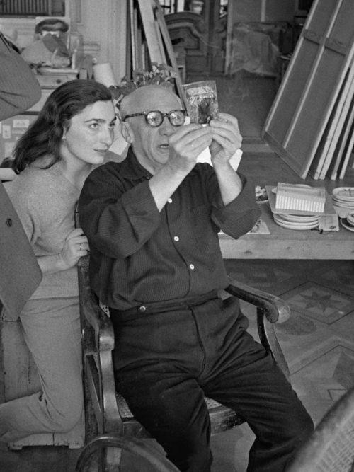 Con-Jacqueline-Roque-guardando-una-diapositiva.-Villa-La-Californie-Cannes-1956-photo-Edward-Quinn-@edwardquinn.com_-768x1024